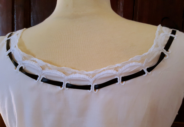 encolure dos brodée de la chemise 1880
