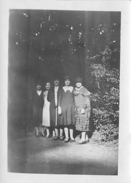 des femmes des années 1920 en promenade dans un bois
