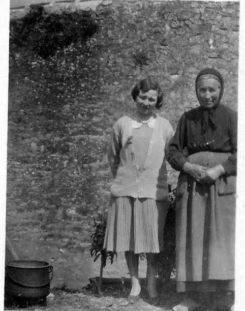 jeune femme et vieille paysanne à la fin des années 1920