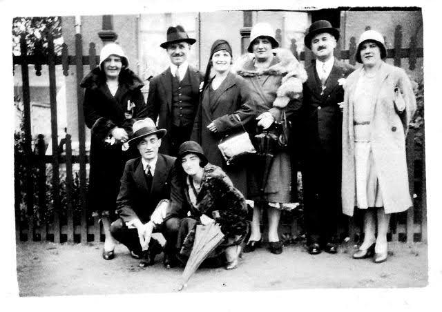Groupe de personnes des années 1930 qui posent dans la rue