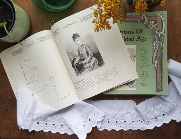 tome 1 de Fashions of the Gilded Age consacré aux dessous et robes de jour 1880