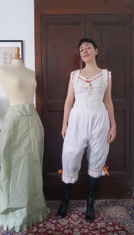 pantalon 1880 porté par-dessus le corset