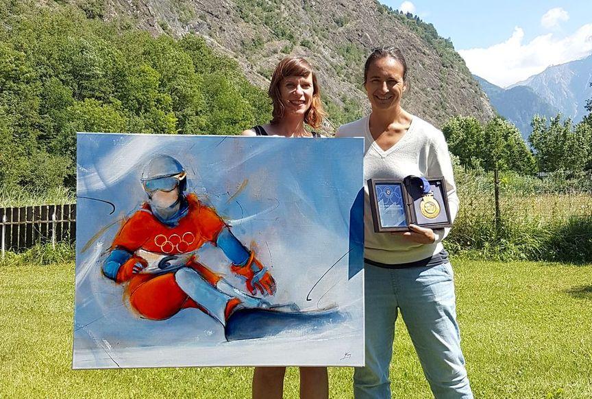 Art peinture sur toile tableau sport de glisse : La championne olympique Isabelle Blanc pose avec son tableau et sa médaille d'or gagnée aux jeux olympiques de Salt Lake City en 2002