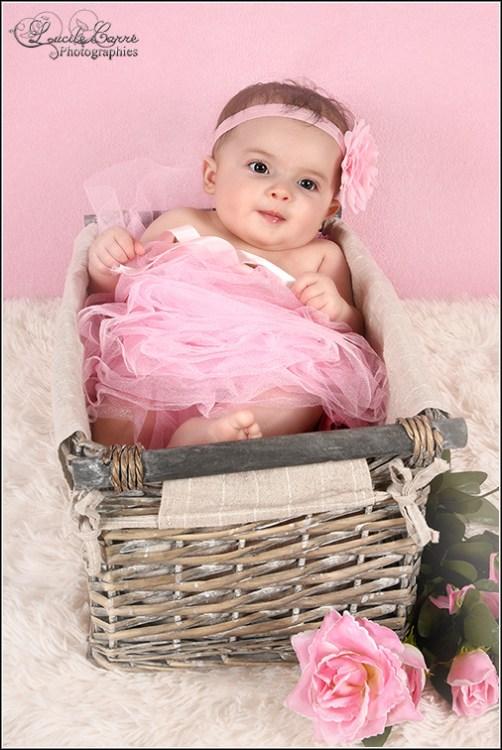 Photographe bébé Sarthe - Bébé panier rose