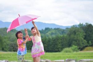 子供用折りたたみ傘おすすめ9選【丈夫で簡単開閉・人気軽量・使いやすい】