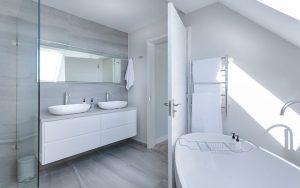 風呂掃除の仕方には順序がある?床や天井、浴槽、壁の黒カビを落とす
