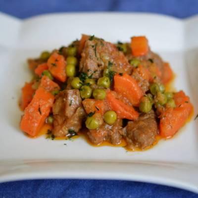 tocanita de porc cu mazare si morcovi