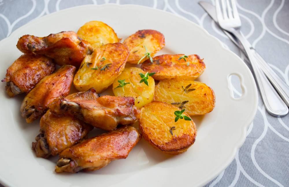 Aripioare in sos soia si cartofi noi la cuptor
