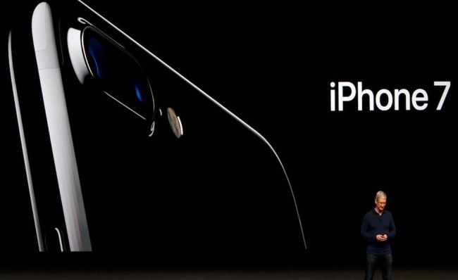 tim-cook-discusses-the-iphone-7-during-an-apple-media-event-in-san-francisco-1