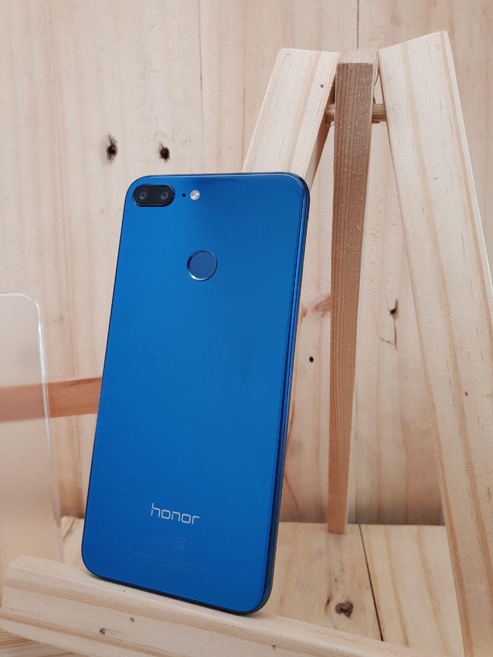 Finishing kaca yang reflektif ini membuat warna birunya benar-benar  mengkilat c9076209f3
