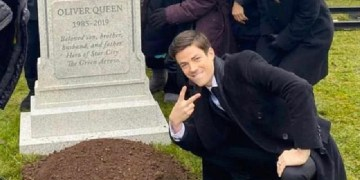 lucloi.vn_Grant Gustin Next To Oliver Queen's Grave