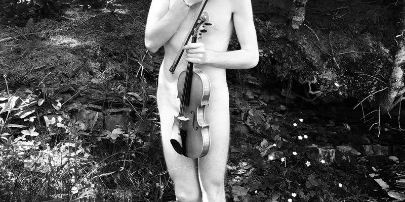 Série LES BEAUX GARÇONS D'AUCKLAND : Le petit violon / Luc Pallegoix, 2016. Encre pigmentaire sur papier Moab blanc 300 gr. Disponible en grand format |50 x 70 cm 15 ex.| ou moyen format |A4 ou Lettre 30 ex.|