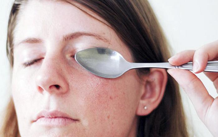 Холодный компресс на синяк под глазом можно сделать из того, что есть под рукой