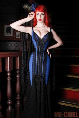This floor length dress is boned down and laced to the knee, and expertly sculpted in true Bizarre Design fashion (Netherlands). Model: Dena Massque. Photo: Me-Chiel.