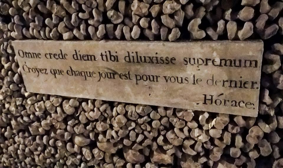 Omne crede diem tibi diluxisse supremum - Orazio - Croyez que chaque jour est pour vous le dernier - Horace - targa citazione nelle catacombe di Parigi con ossa