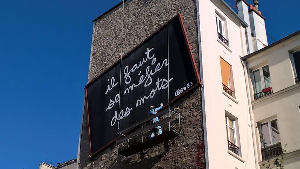 Il faut se méfier des mots grande scritta su un muro a Parigi
