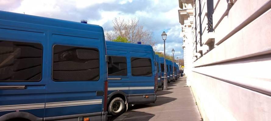 furgoni blu della polizia parcheggiati a Parigi, 36 Quai des Orfèvres