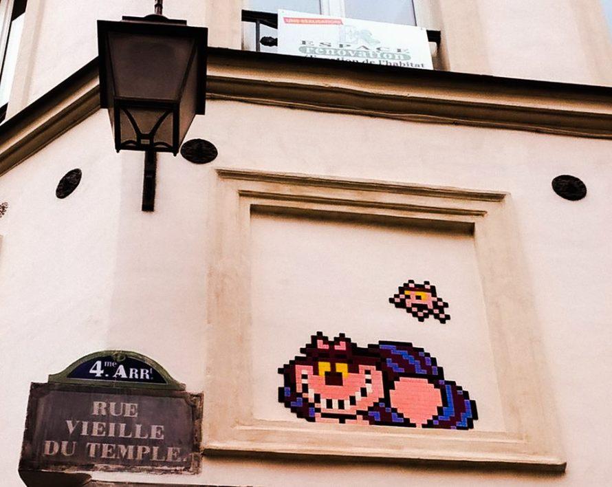 Uno Stregatto di mattonelle su un muro di Parigi