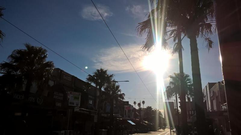 Acland Street nella luce invernale: sole e palme