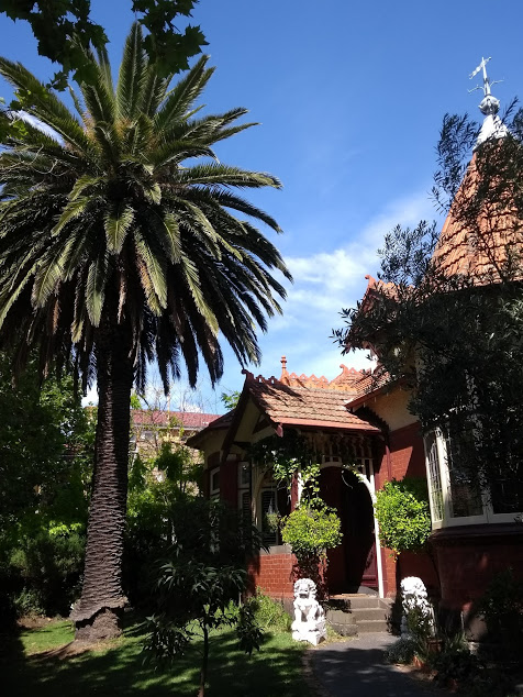 Vivere a Melbourne: esterno di una villa elegante con palma