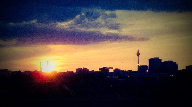 Vivere Berlino: panorama al tramonto con torre della TV