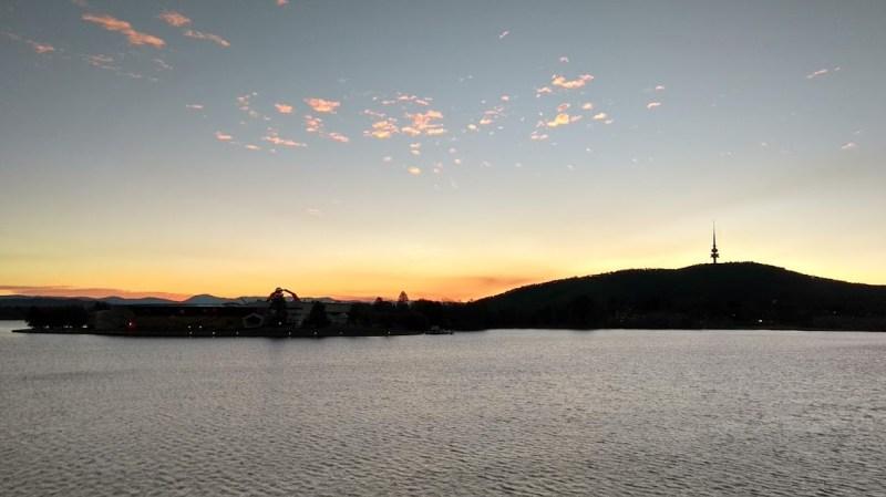 Canberra lago artificiale e collina con torre delle telecomunicazioni al tramonto