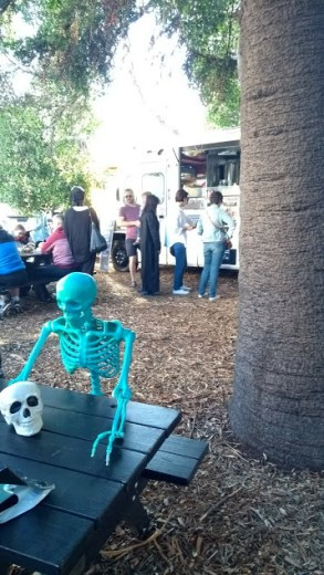 scheletro a pranzo