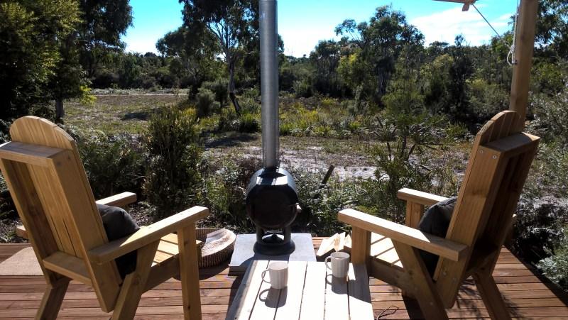 glamping esterno sedie e natura