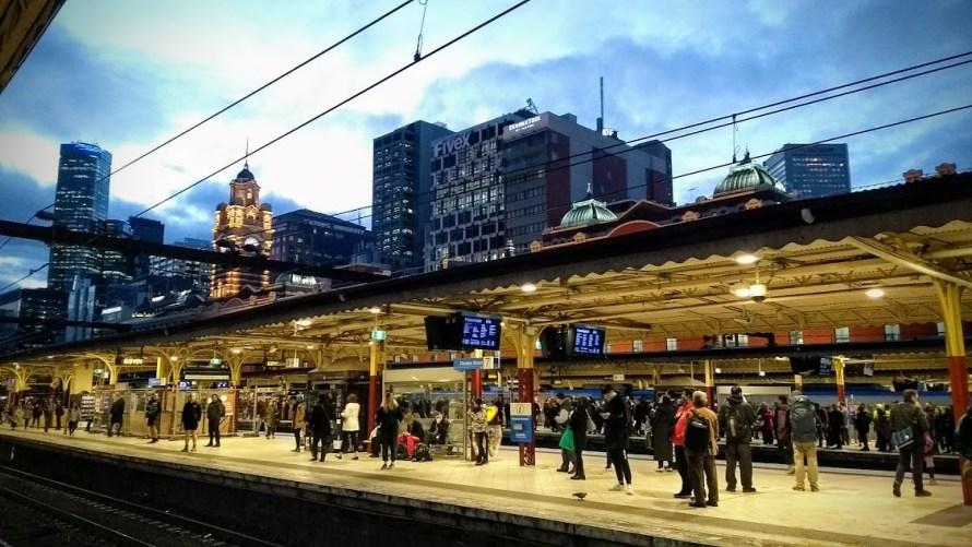 melbourne flinders street station interno binari con grattacieli