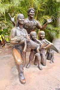 steve-irwin-e-famiglia-con-coccodrillo-statua-bronzo