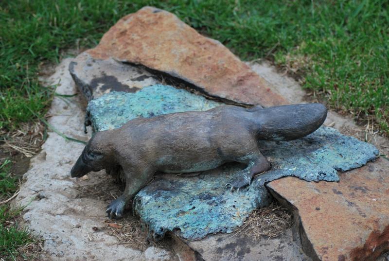 statuetta di un ornitorinco su una pietra