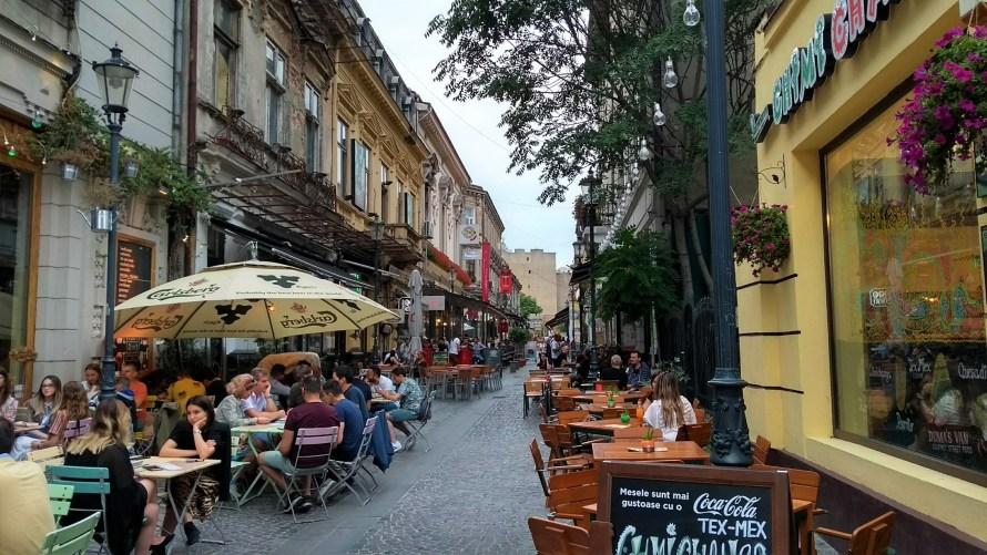 lipscani bucarest via turistica pedonale con bar e ombrelloni