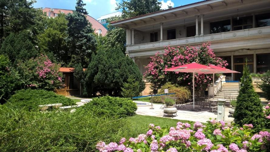 casa di ceausescu bucarest esterno dal giardino