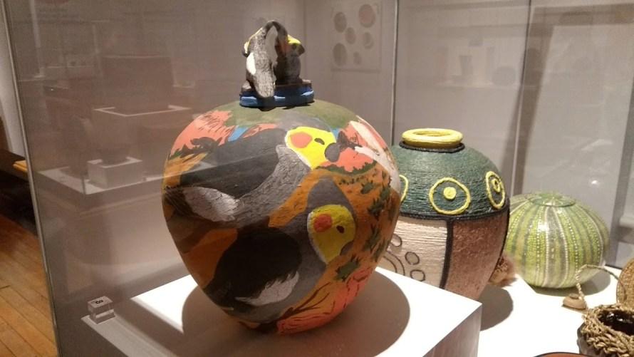 manufatto aborigeno vaso o urna con calopsitte dipinte