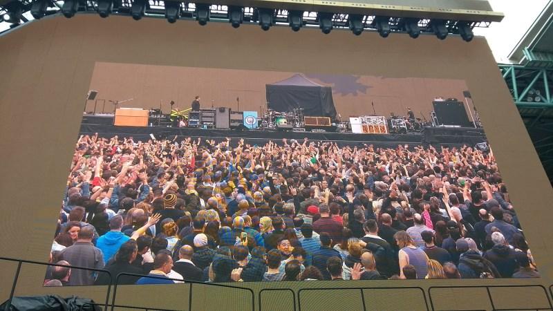 folla in concerto dal maxischermo