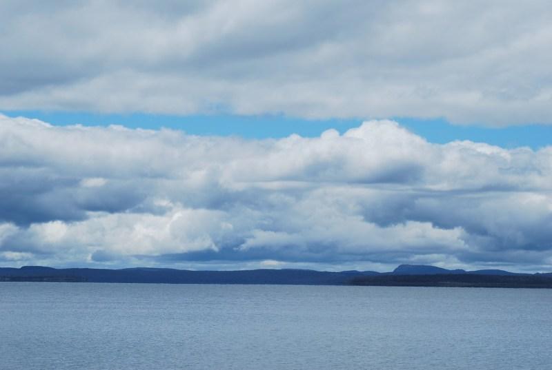 Panorama lacustre in Tasmania con cielo azzurro e nuvole