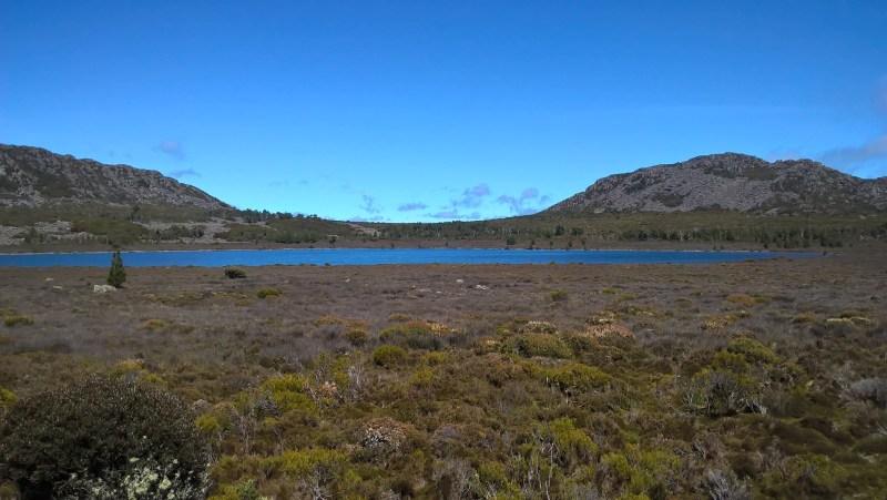 Panorama natura Tasmania con lago alpino