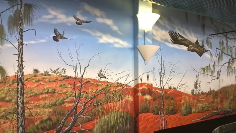 Aeroporto di Ayers Rock/Uluru con disegni di uccelli nativi