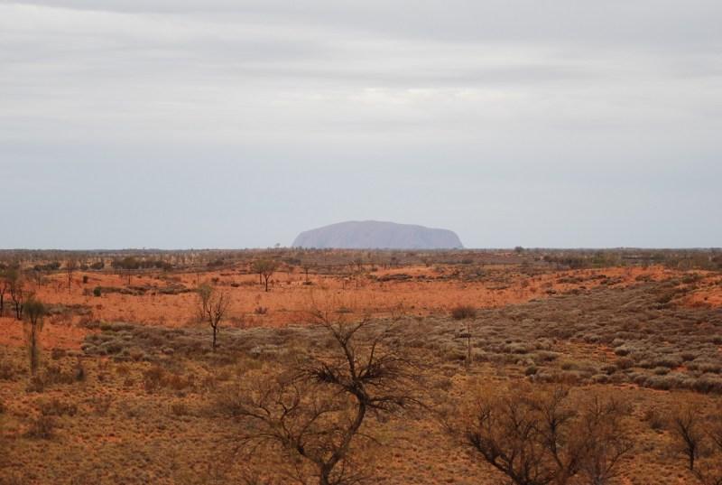 Uluru visto da lontano nella foschia