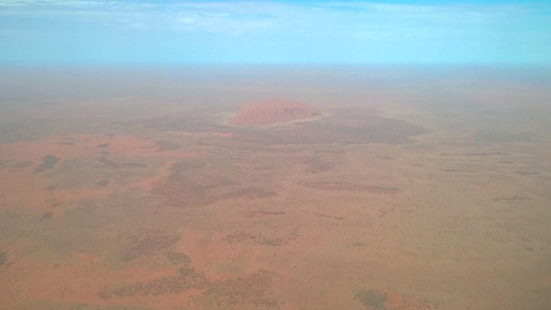 Il monte Uluru visto dall'aereo, da lontanissimo