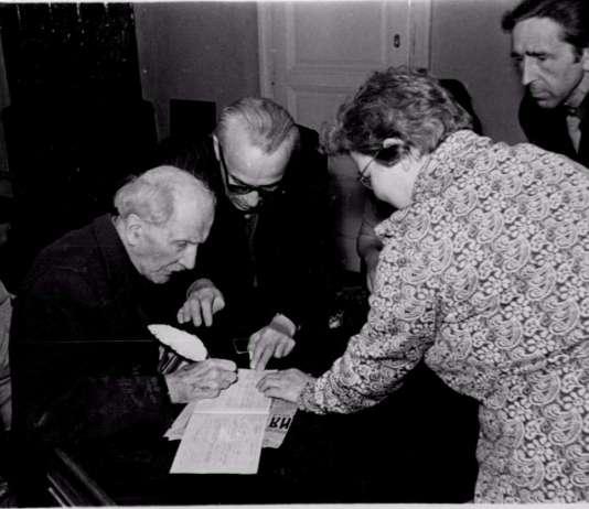 Станіслав Людкевич ставить підпис у книзі реєстрації шлюбів. Львів, 3 листопада 1973 р.