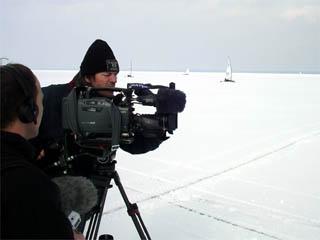 Fernsehleute tragen ihre Technik weit aufs Eis.