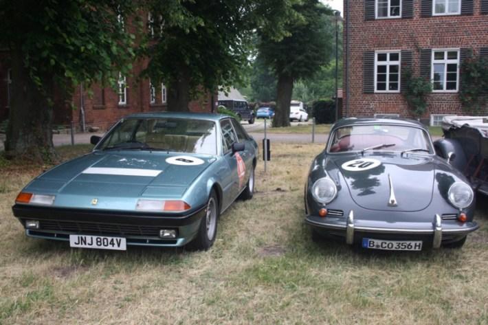 links ein Ferrari 400 GTI, Bj. 1979, rechts ein Porsche 356 C, Bj. 1964