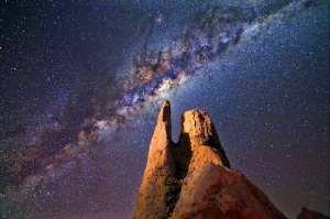 Vintergatans kärna fotograferad ovanför en stenformation .