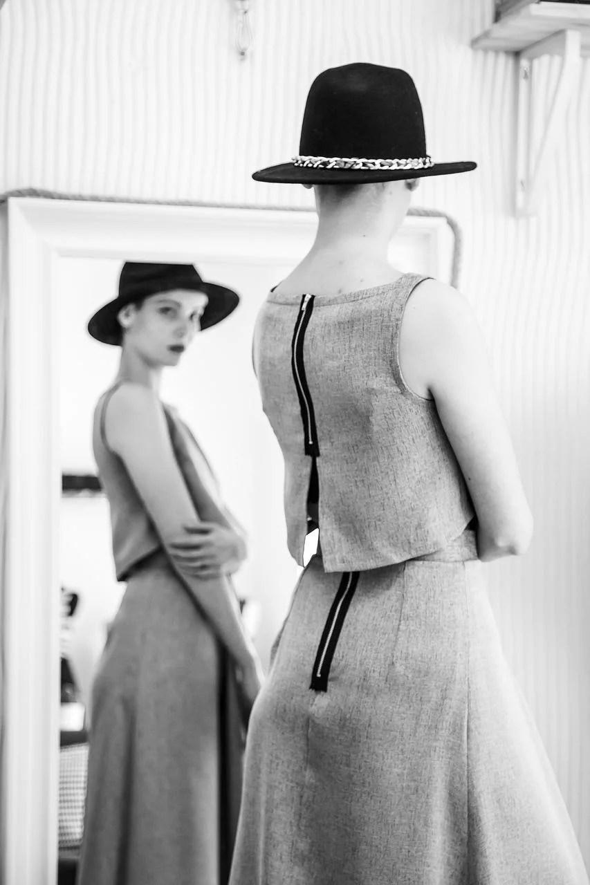 lifestyle-odziez-damska-sukienka-stylizacja-kapelusz-dodatki