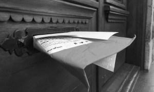 Réception du courrier traditionnel dans une fente à cet effet