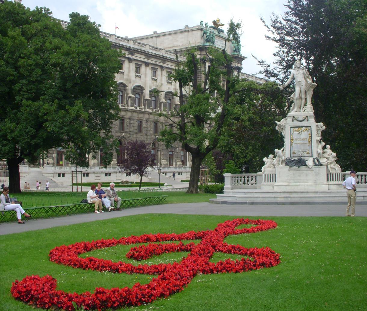 Austria_Vienna_Mozart_statue_in_the_Burggarten_half