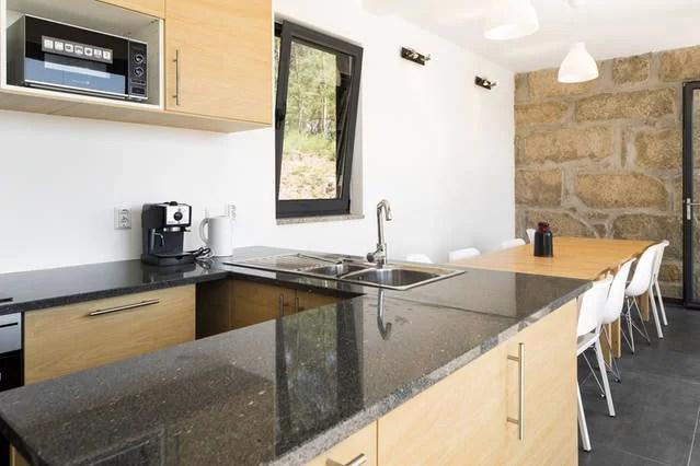 foto deel keuken adegahuis 1e etage met tafel voor 12 personen