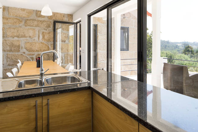 foto deel keuken adegahuis 1e etage met terras en bergzicht