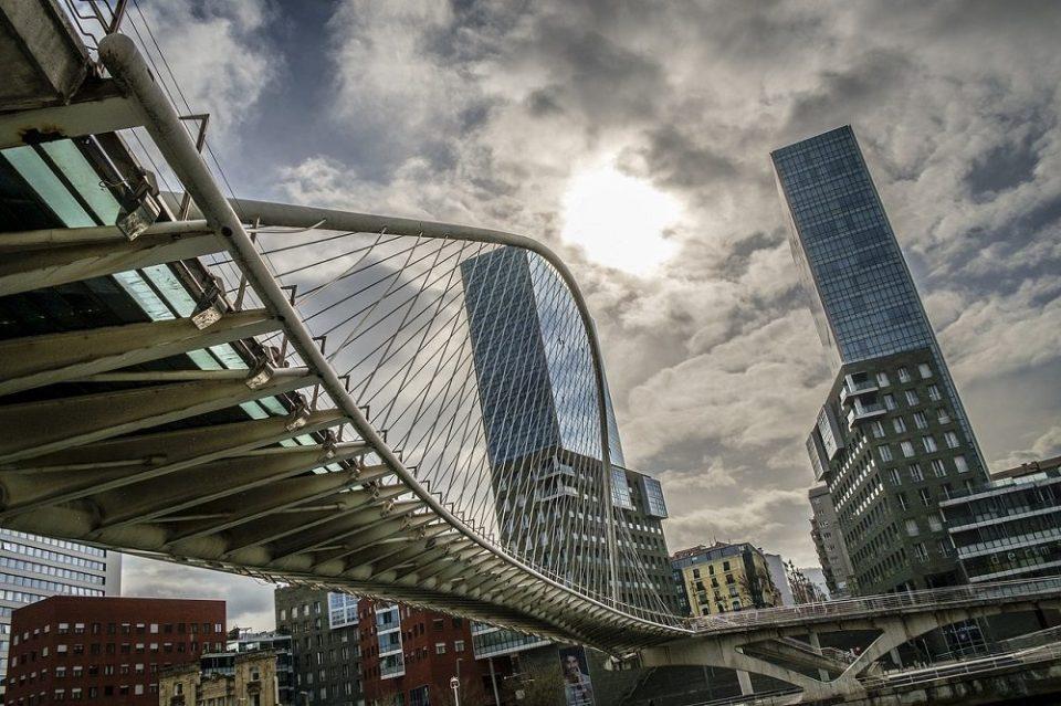 Puente sobre la ría en Bilbao